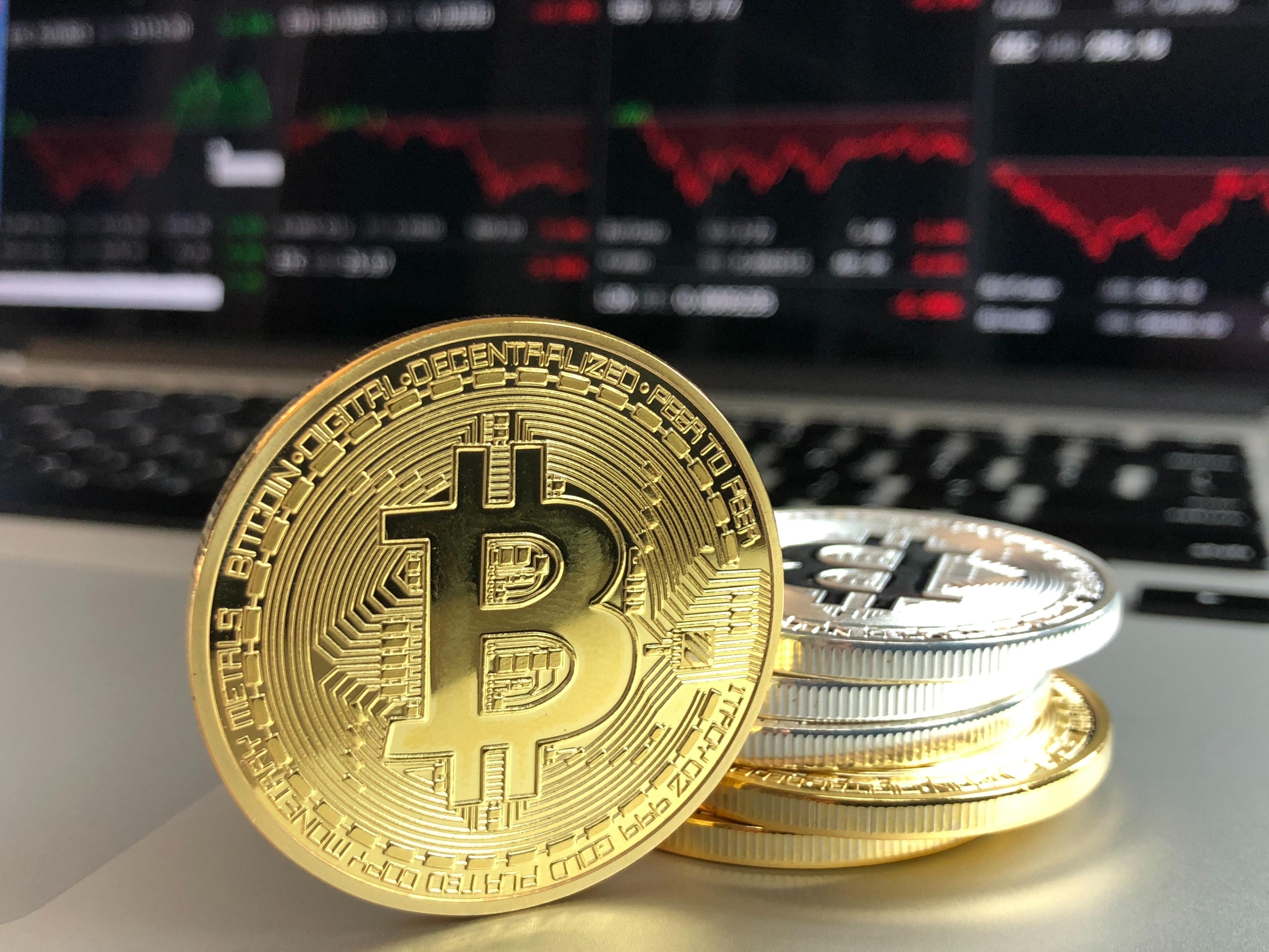 bitcoin münzen auf dem schreibtisch